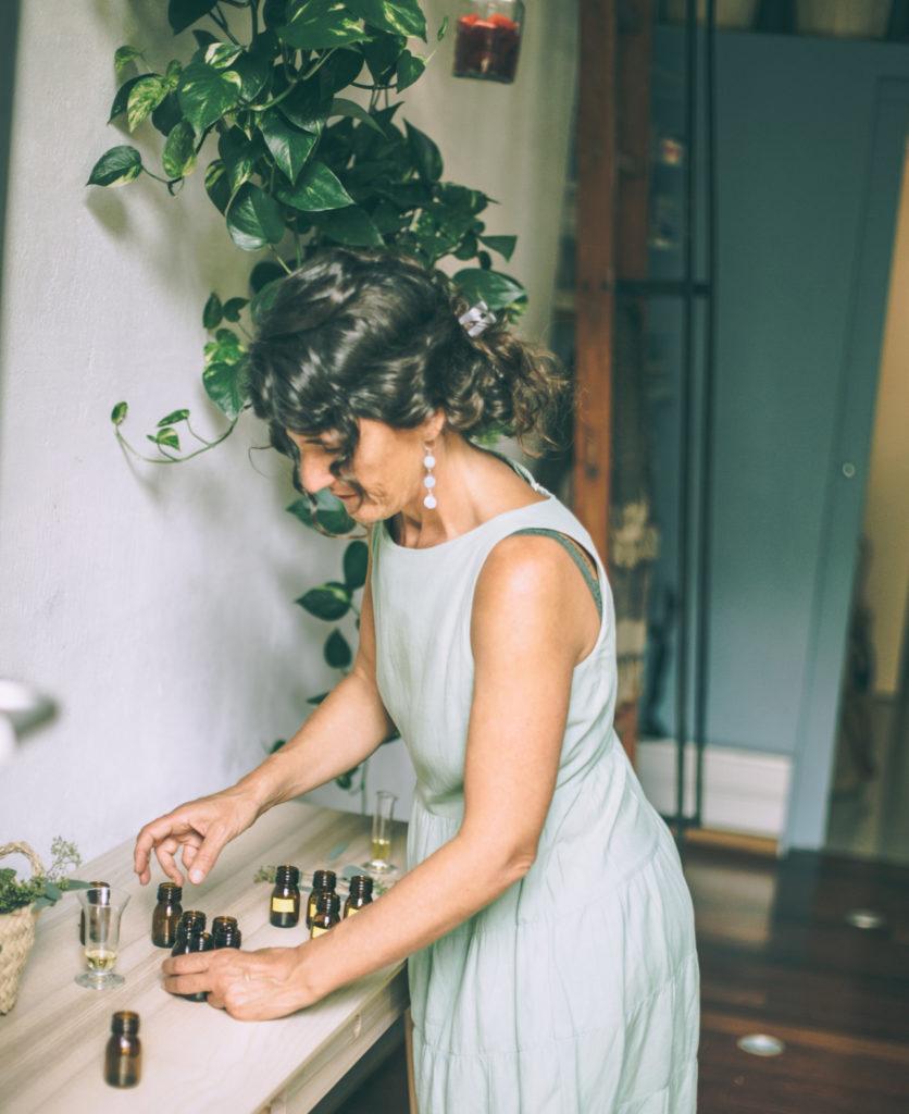 mujer con potecitos de aceite