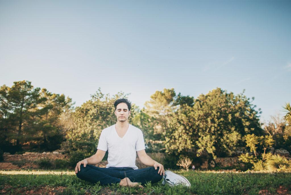 chico meditando