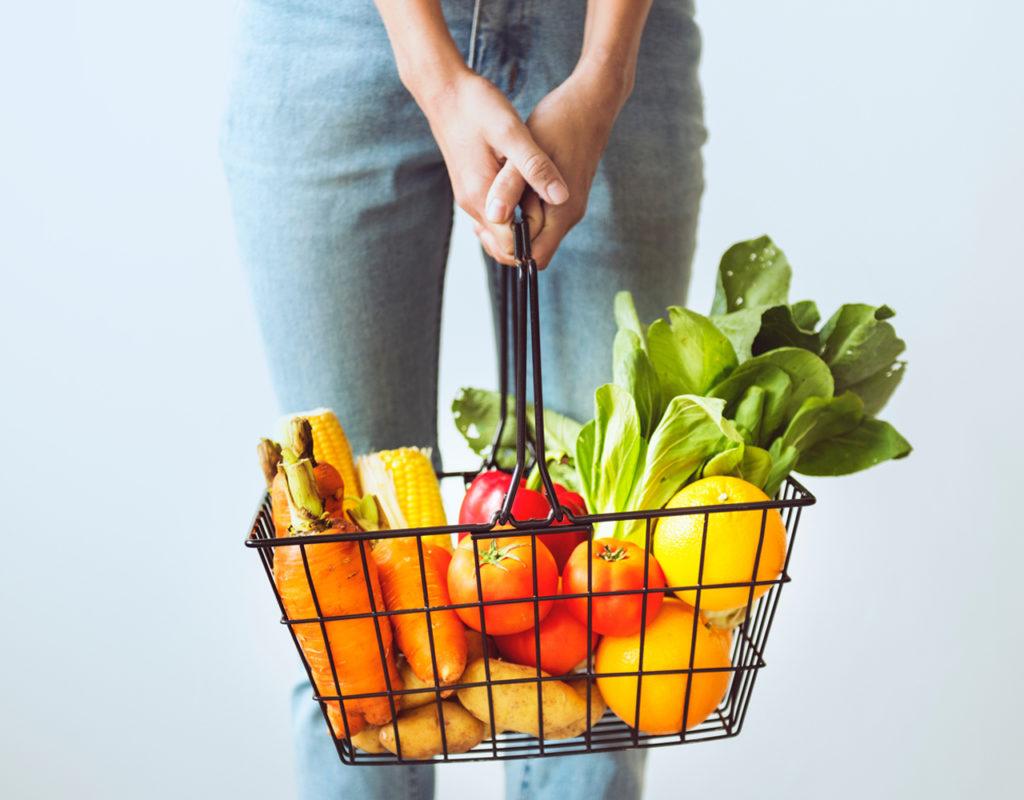 chica con cesto frutas y verduras