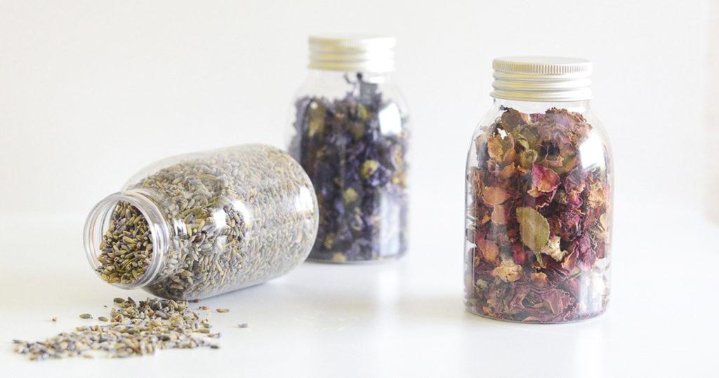 tarros de cristal con flores secas