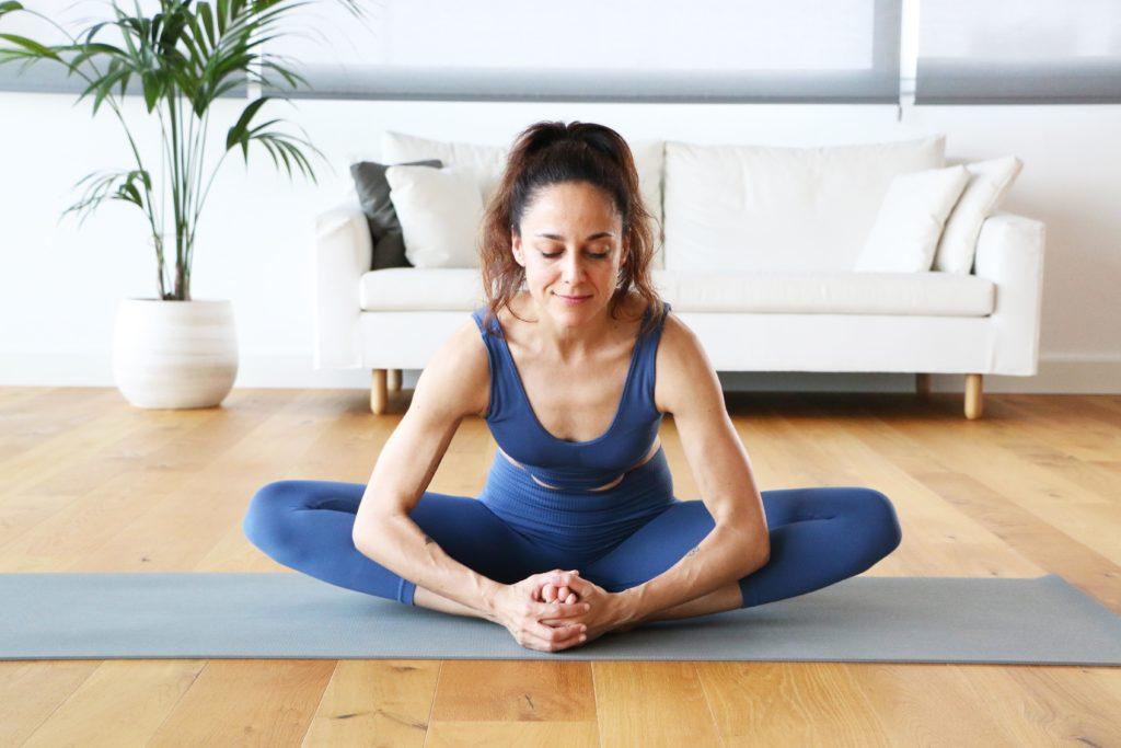 chica en postura de yoga