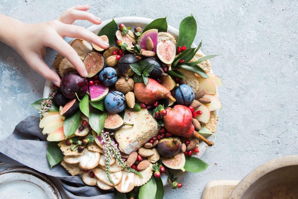 plato con frutas y verduras