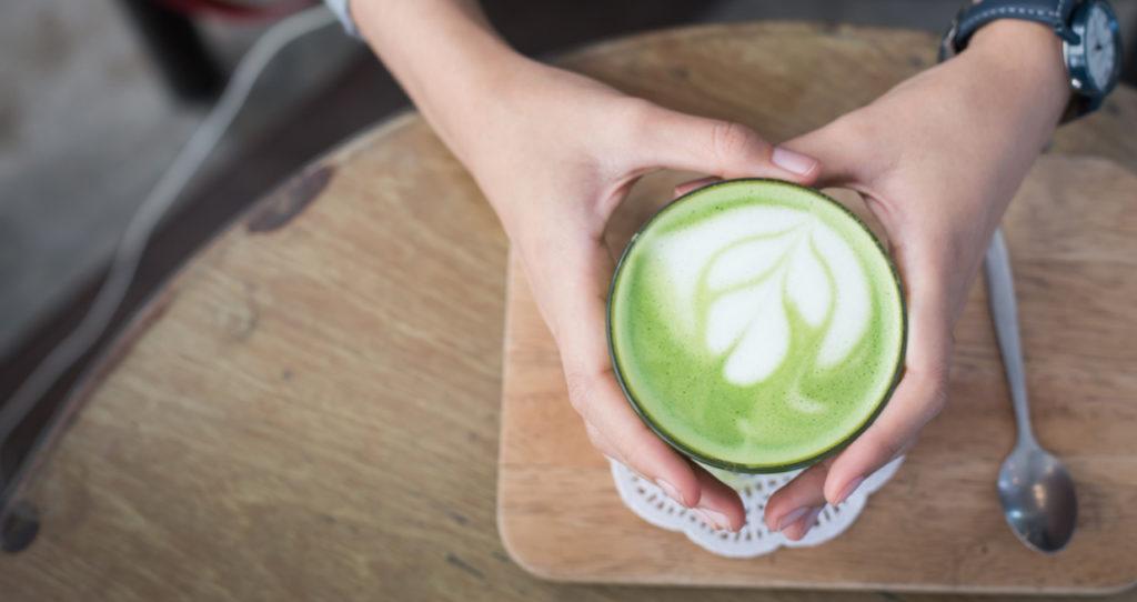 manos con bebida de té verde