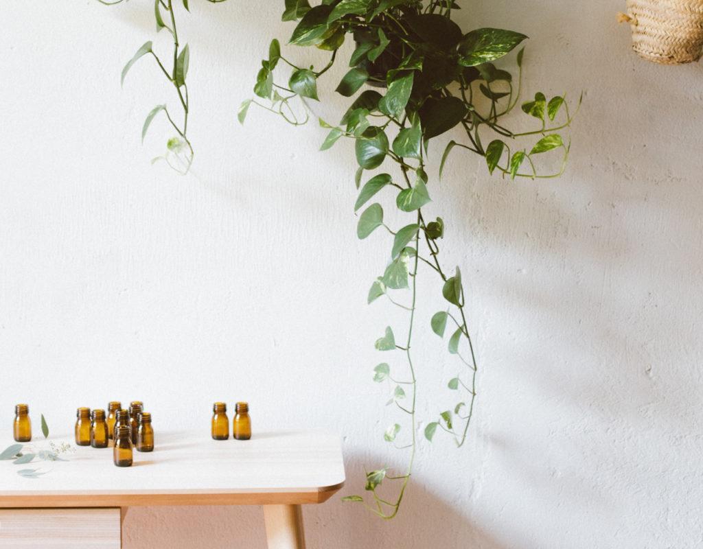 mesa con potecitos cristal aceites