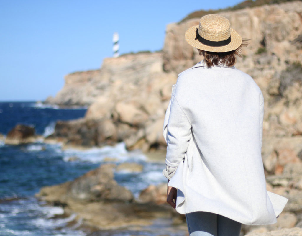 chica mirando al mar